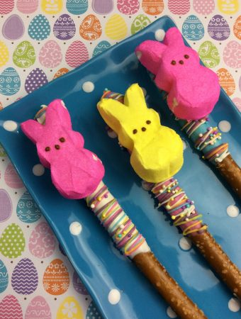 Do you love Peeps? Do you love chocolate covered pretzels? Then these Easter treats are exactly what you want. Make chocolate covered pretzel with Peeps.